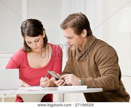 Par determinado usando la calculadora para pagar las facturas mensuales