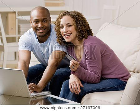 Happy Couple using Credit Card zum online-shop günstig