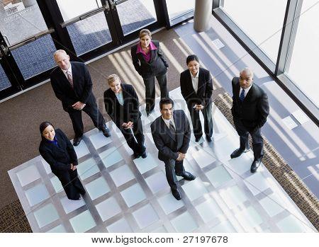 High Angle View of Multi ethnischen co Arbeitnehmer stehen in Büro-lobby