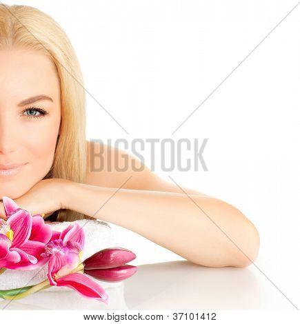 Foto de rosto metade mulher, bela moça em spa, bonito feminina apreciando massagem aromática, boa l