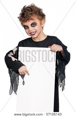 Retrato de menino, vestindo o traje de halloween com placa branca vazia no fundo branco