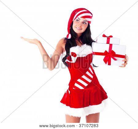linda jovem morena, vestida como Santa com presentes e palma da mão, coloque seu produto h