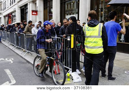 LONDON, UK - 21. SEPTEMBER: Leute queuing in Hanover Street, das neue iPhone 5 am 21. September zu kaufen,