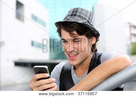 Retrato do rapaz enviando mensagem com smartphone
