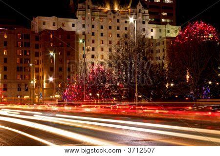 Rua da cidade à noite