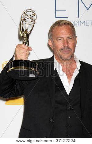 LOS ANGELES - 23 de setembro: Kevin Costner na sala de imprensa do 2012 Emmy Awards, no Nokia Theater em S
