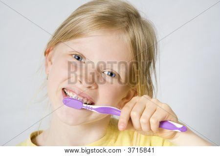Cepillarse los dientes de los niños