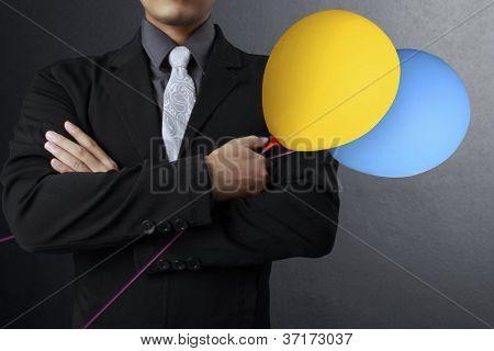 empresario maduro con globos de colores