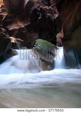 Cascadas de Wadi Mujib en Barranca, Jordania