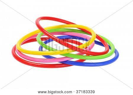 Multicolor Kunststoff Armreifen auf weißem Hintergrund