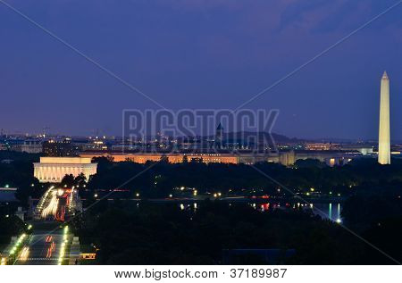 Horizonte de Washington DC durante a noite, incluindo o Lincoln Memorial, monumento de Washington e Arlington Memori