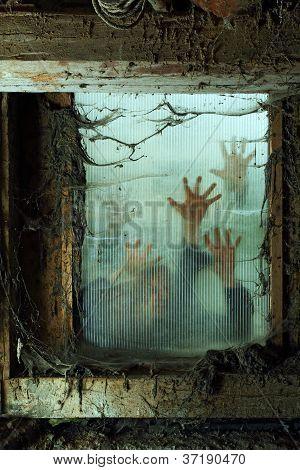 Zombies buiten een venster
