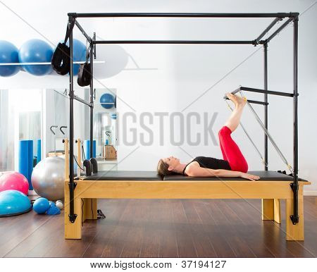 Pilates aerobic Instructor Frau in Cadillac Fitnessturnen