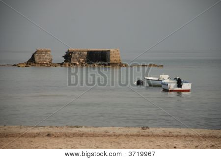 Se desmorona dique con dos barcos