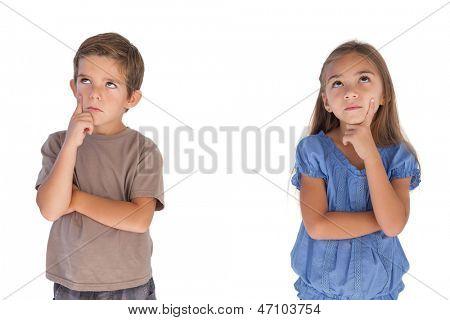Crianças sonhando com braços cruzados em fundo branco
