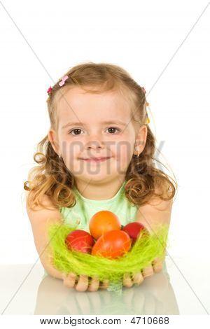 Menina feliz com ovos de Páscoa