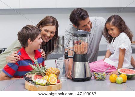 Familie mit einem Mixer in der Küche