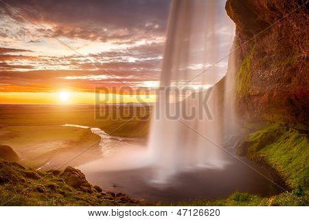 Godafoss es una cascada muy hermosa islandés. Se encuentra en el norte de la isla no lejos f