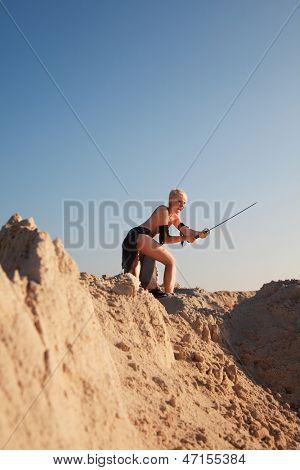 garota militante com espada na luz da manhã