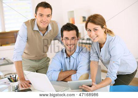 Equipe de negócios sorridente, olhando para a câmera