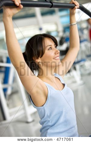 Woman exercising in der Turnhalle