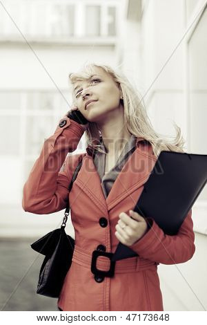 Young business woman calling on the phone