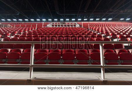 Lugares vazios em uma quadra de basquete