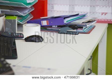 Primer plano de escritorio desordenado de vida real en la oficina