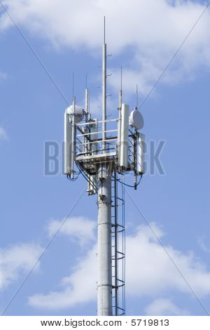 Gsm alta torre transmisor contra el cielo azul