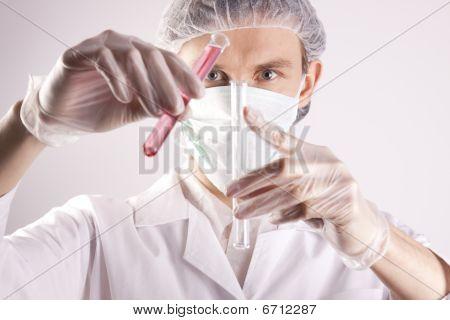 junge Wissenschaftler experimentieren