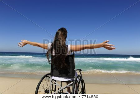 Frau im Rollstuhl genießen Sommerurlaub am Strand