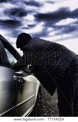 Hooligan breaking into the car