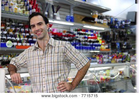 Orgulloso propietario de la tienda de artículos de papelería