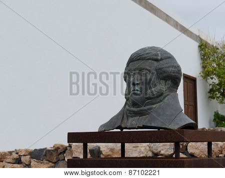 Bust in front of la Casa Museo Doctor Mena