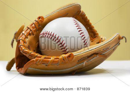 Ball im Kinder-Handschuh