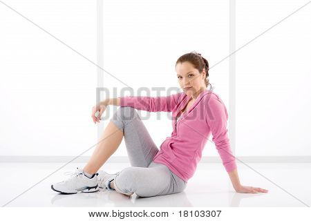 Traje deportivo de fitness mujer feliz