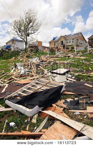 SAINT LOUIS, MISSOURI - 22 de abril: Los escombros de casas destruidas y propiedad se derraman a través de áreas de