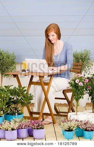 Sommerterrasse Rothaarige Frau mit Laptop