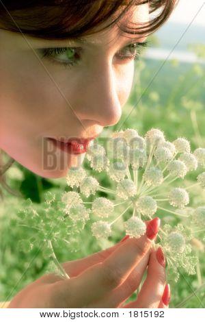 Hübsches Mädchen mit Blume