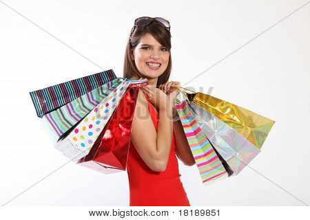 Happy Young Woman mit Shopping Geschenktüten