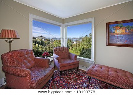 Cozy Grenn Rom With Red Chairs
