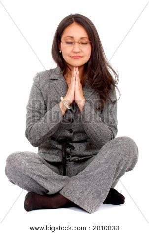 Geschäftsfrau, die Yoga zu tun