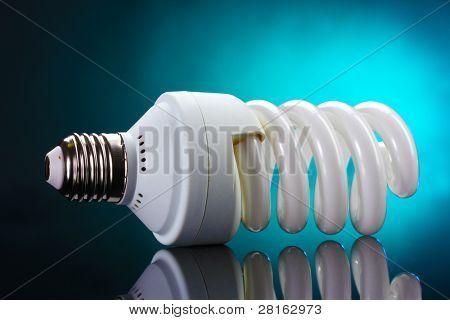 Energiesparlampe auf blauem Hintergrund