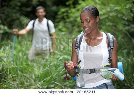 Pareja senderismo juntos