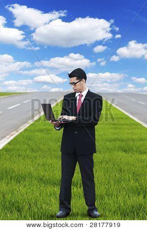 Empresario trabajando de forma inalámbrica al aire libre