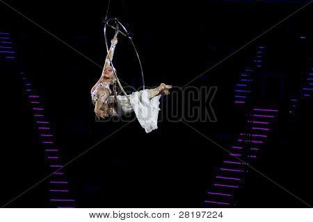 danza elegante se realiza en el aro aéreo