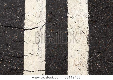 weiße doppelte Linie Markierungen auf der Straße