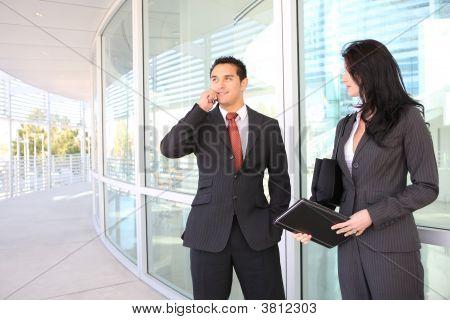Atractivo negocio equipo en la oficina