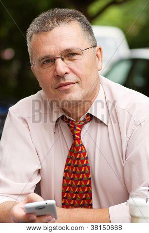 Retrato de hombre de negocios con Smart Phone