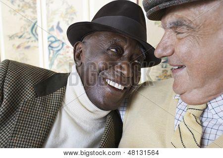 Closeup de alegre multiétnica senior masculino sonriendo